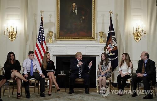 美 총기업계도 트럼프의 저주?…규제 목소리에 주가 '뚝'