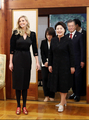 La primera dama regala zapatillas de casa a Ivanka