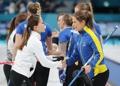 El equipo femenino surcoreano de 'curling' felicita a su rival sueco