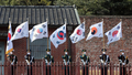 独立運動で用いられた太極旗を掲げ