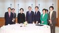 Moon y los representantes de los cinco partidos principales