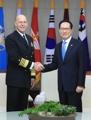 El jefe de Defensa con el comandante de la Flota del Pacífico de EE. UU.