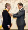 Moon premia al jefe del COI con la mayor condecoración al mérito deportivo