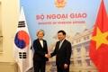 ベトナム外相と握手