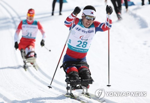المتزلج سين إيوى هيون يفوز باول ميدالية لكوريا الجنوبية في اولمبياد المعاقين في بيونغ تشانغ