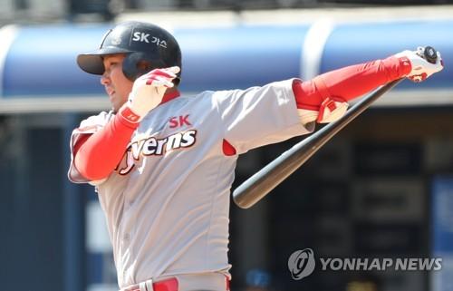 SK 최정, 이틀에 걸쳐 연타석 홈런…로맥 바짝 추격