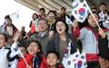 الرئيس مون وحرمه يشاهدان سباق التزلج الريفي في أولمبياد بيونغ تشانغ للمعاقين