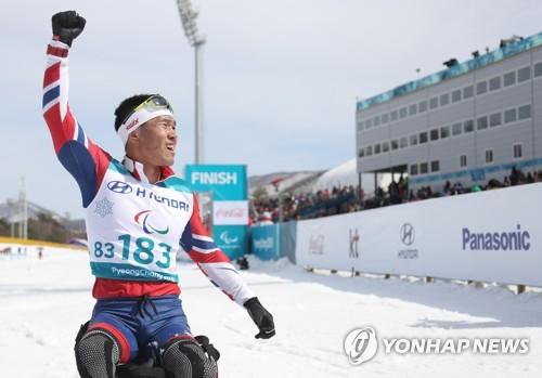 (أولمبياد المعاقيين) اللاعب الكوري الجنوبي شين يحصل على الميدالية الذهبية في التزلج الريفي