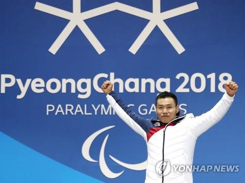 """[패럴림픽] 신의현, 애국가 들으며 '글썽'…""""약속 지킨 남자 됐다"""""""