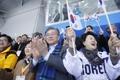 الرئيس مون وحرمه يشاهدان مسابقة هوكي الجليد في أولمبياد بيونغ تشانغ للمعاقين