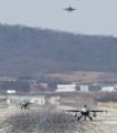 着陸するF16戦闘機