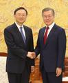 中国外交統括する楊氏と握手
