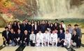 Kim Jong-un avec les artistes du Sud