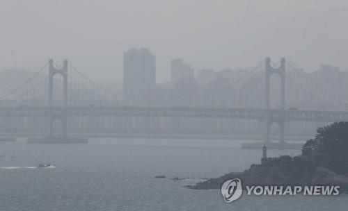 '전국 최고' 부산 초미세먼지 주범은 항만 선박·산업단지