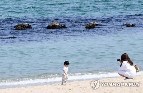 """한낮 '초여름 더위' 기승…""""외출 때 마스크 챙기세요"""""""