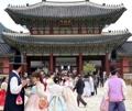 سياح أجانب يرتدون الزي التقليدي الكوري
