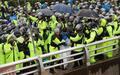 رجال الشرطة يفرقون المتظاهرين