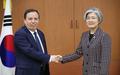 وزيرة الخارجية الكورية الجنوبية تصافح نظيرها التونسي