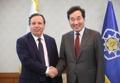 رئيس الوزراء يصافح وزير الخارجية التونسي