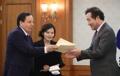 وزير الخارجية التونسي يسلم خطابا من رئيس الوزراء التونسي إلى رئيس الوزراء لي ناك-يون