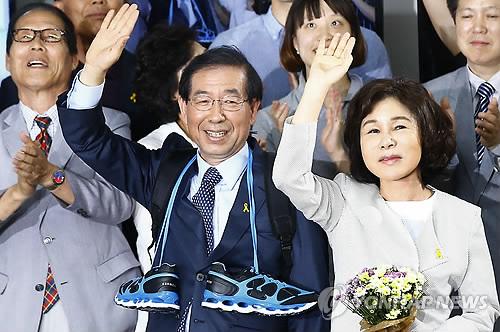 朴元淳成功连任首尔市长。图为朴元淳与夫人在向人们表示感谢。(韩联社)