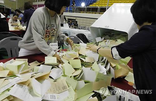 资料图片:图为江原道春川市一处计票站4日进行计票工作。(韩联社)