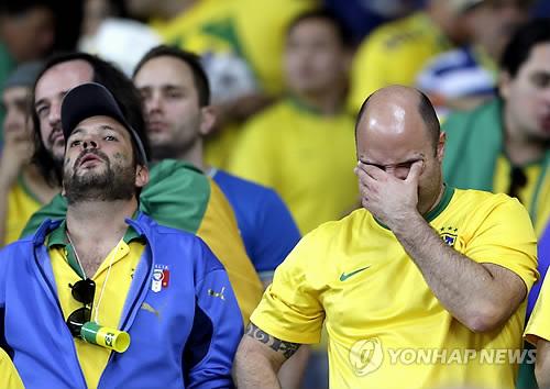 世界杯第一场半决赛于韩国时间9日凌晨举行,巴西队以1比7分惨败德国队。(韩联社)