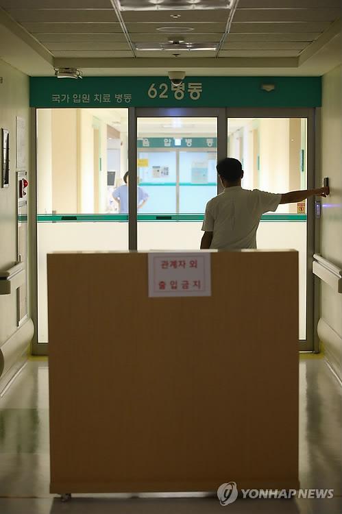 图为一名尼日利亚男子接受检查的隔离医院 韩联社 高清图片