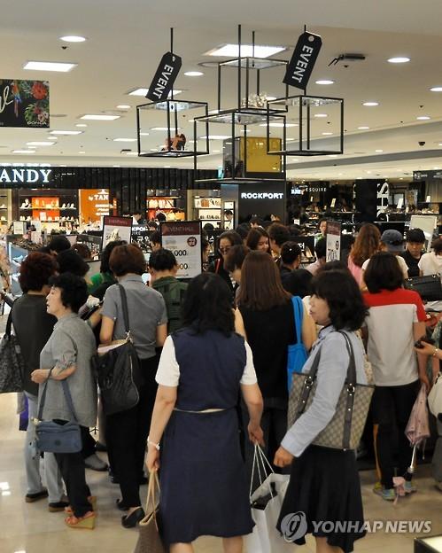 """资料图片,7月1日,在位于韩国光州市的一百货商店,前来""""血拼""""的消费者络绎不绝。(韩联社)"""