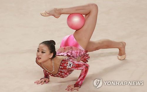 13日,在光州女子大学大运会体育馆,韩国选手孙延在参加光州大运会艺术体操个人单项球操决赛。(韩联社)