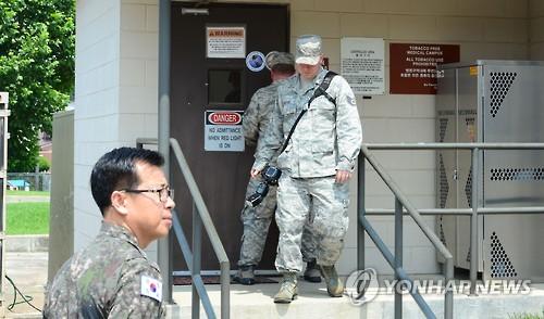 资料图片:今年8月,韩美联合调查组在驻韩美军乌山基地展开调查。(韩联社)