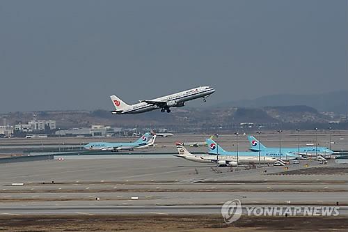 资料图片:机场跑道上起降的飞机(韩联社)