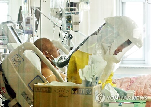 A nurse wearing a protective suit works at a negative pressure isolation sickroom at National Medical Center in Seoul on June 19, 2015, to take care of a patient suffering from Middle East Respiratory Syndrome (MERS). (Yonhap)