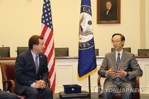 Rep. Ed Royce (L), chairman of the U.S. House Foreign Affairs Committee, chats with Han Sung-joo, head of the Korean-American Association, before receiving a friendship award from the association at Congress in Washington on Sept. 8, 2015. (Yonhap)
