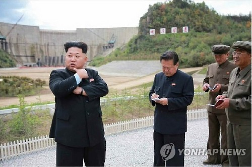 North Korean leader Kim Jong-un (L) inspects the construction site of a hydroelectric power plant on Mount Paektu bordering with China, in this photo provided by North Korea`s Rodong Sinmun on Sept. 14, 2015. Kim asked for a speedy dedication of the plant, which he named the Paektusan Hero Youth Power Station. The paper, published by the ruling Workers` Party of Korea, did not report when Kim made the visit to the site. (Yonhap)