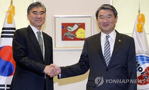 South Korean Vice Foreign Minister Cho Tae-yong (R) poses for a photo with Sung Kim, special U.S. representative for North Korea policy, during their meeting at the foreign ministry in Seoul on Sept. 23, 2015. (Yonhap)