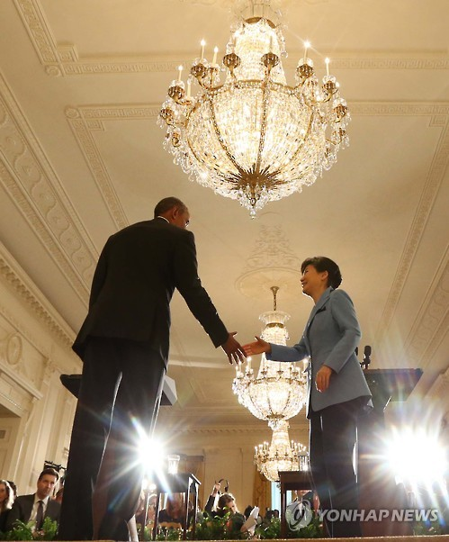 South Korean President Park Geun-hye (R) and U.S. President Barack Obama shake hands after holding a joint press conference in the East Room at the White House in Washington on Oct. 16, 2015. They warned that North Korea will face consequences if it carries out a ballistic missile or nuclear test as they vowed to address the North Korean nuclear problem with utmost urgency and determination. (Yonhap)