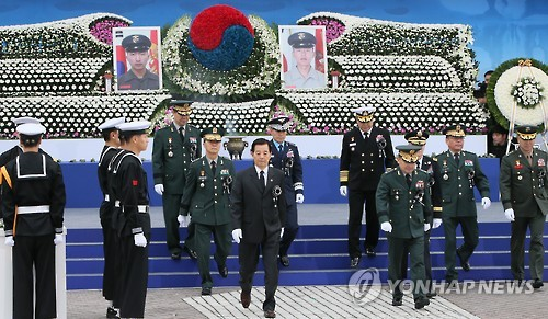 Defense Minister Han Min-koo (front row, L) leaves the altar on Nov. 23, 2015, after paying respects for the two Marines who were killed in North Korea`s shelling attack on the border island of Yeonpyeong on this day in 2010. Two civilians were also killed and 16 others injured in the indiscriminate shelling by the North. (Yonhap)