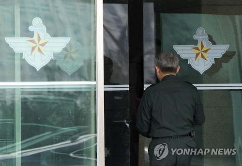 An official enters the South Korean defense ministry in Seoul on Jan. 6, 2016, as North Korea announced the same day that it successfully conducted a hydrogen bomb test at 10:00 a.m. (Pyongyang Time). The announcement came hours after what seems to be an artificial earthquake was detected close to the North`s nuclear test site. (Yonhap)