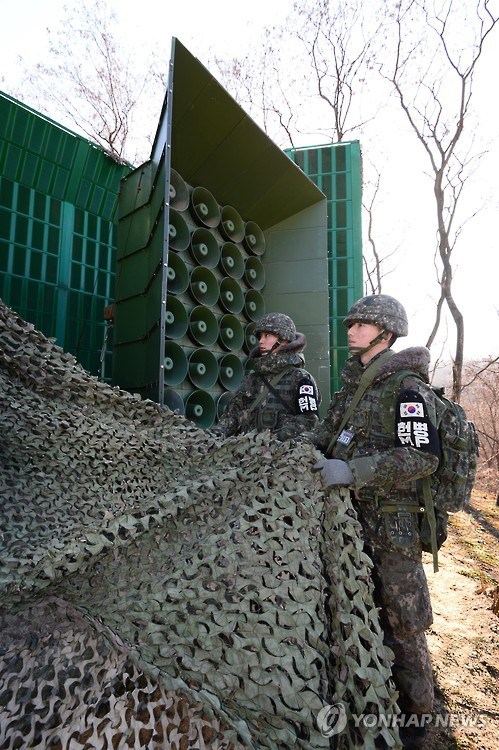 South Korean soldiers remove camouflage from loudspeakers installed at the inter-Korean border on Jan. 8, 2016, as Seoul resumes propaganda broadcasts directed at the North. The broadcasts began at noon as one of Seoul`s retaliatory actions against North Korea`s nuclear test two days ago, which Pyongyang claims was a successful test of a hydrogen bomb. The loudspeakers had been turned off after the Aug. 25, 2015, agreement with the North on easing tensions between the two sides. (Yonhap)