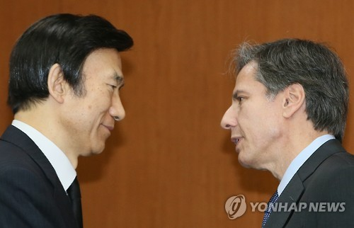 South Korean Foreign Minister Yun Byung-se (L) meets with U.S. Deputy Secretary of State Tony Blinken in Seoul on Jan. 20, 2016. The meeting is one of a series that Blinken has scheduled during his visit to South Korea to coordinate joint actions against North Korea`s nuclear test on June 6. (Yonhap)
