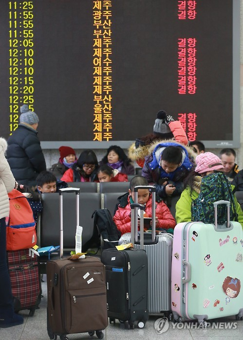 This photo, taken on Jan. 24, 2016, shows an electronic signboard at Seoul`s Gimpo Airport informing travelers of the cancellation of most of the domestic flights scheduled for the same day, as the southern resort island of Jeju and other areas were hit by heavy snow and strong wind. (Yonhap)