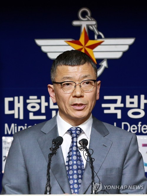 Yoo Jeh-seung (R), deputy minister for policy at South Korea`s Defense Ministry, speaks during a joint press conference with Lt. Gen. Thomas Vandal, the commander of U.S. Forces Korea`s Eighth Army, at the defense ministry in Seoul on Feb. 7, 2016, after North Korea launched a long-range missile as part of the continual push of its intercontinental ballistic missile tests. (Yonhap)