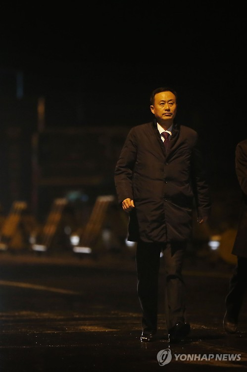 Kim Nam-sik, chairman of the Kaesong Industrial District Management Committee, walks toward the waiting press at Paju, just south of the inter-Korean border crossing point, on Feb. 11, 2016. All South Koreans who have been at the Kaesong Industrial Complex pulled out of the area by late night on the day after North Korea expelled them and placed the complex under military control. (Yonhap)