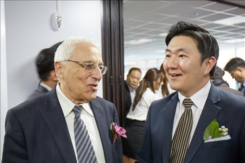 Yigal Erlich (L), founder and chairman of the Yozma Group, and Lee Won-jae, head of the Yozma Group Korea. (Courtesy of Yozma Group)