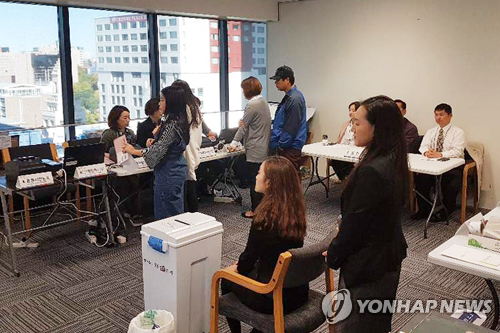 South Korean nationals cast their ballots at the Korean Embassy in Wellington, New Zealand, as overseas voting for the presidential election begins on April 25, 2017. (Yonhap)