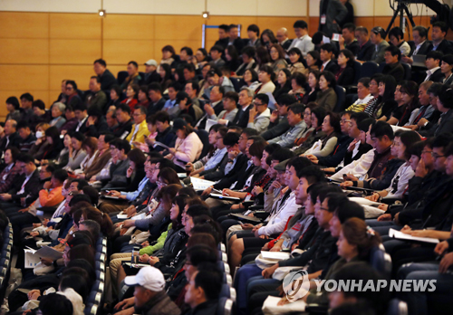 This file photo taken Oct. 13, 2017 shows members of the citizens`s jury on the construction of two nuclear reactors participating in a debate session in Cheonan, South Chungcheong Province. (Yonhap)