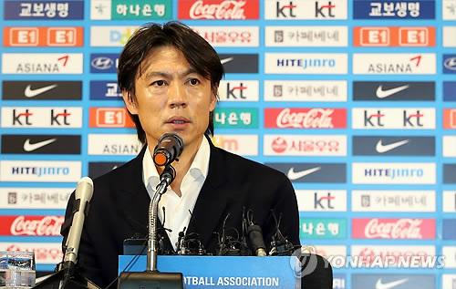 Hong Myung-bo donne une conférence de presse