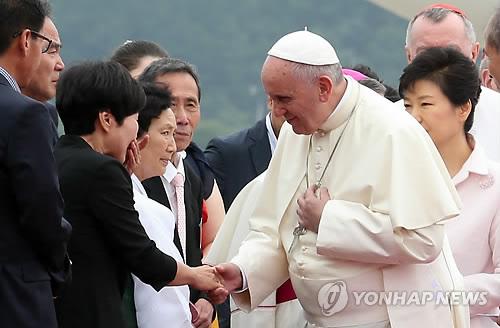 Le pape François échangent des poignées de main avec les familles de victimes du Sewol