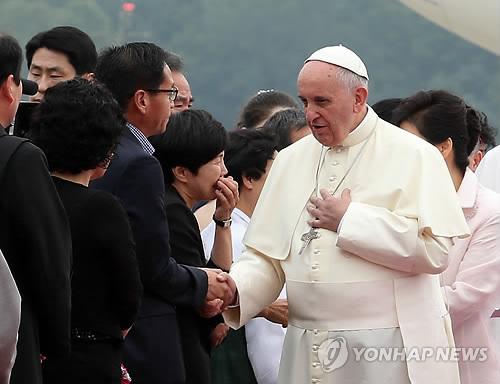 Le Saint-Père à la rencontre de familles de victimes de la catastrophe maritime.